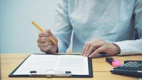 W górę kobiet ręk, sprawdzać dokument Kierować twój swój małego biznes Wniosek kontrakt i swój zbiory wideo