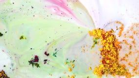 W górę kolorowej prochowej farby na wodzie Abstrakcjonistycznej sztuki rysunek prochowe farb plamy na białym cieczu piękne zbiory