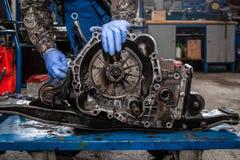 W górę młodego samochodowego repairman obrazy royalty free