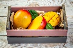 W górę mangowej owoc z pokrojonymi diced mangowymi kawałami na ciemnym drewnianym tle, kopia astronautyczny tekst, puste miejsce  zdjęcie royalty free