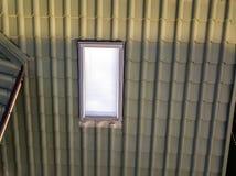 W górę nowego strychowego plastikowego okno instalującego w shingled domu dachu Profesjonalnie robić budynek i robot budowlany, d obrazy stock
