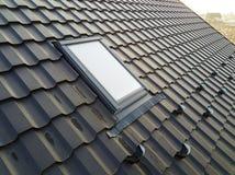 W górę nowego strychowego plastikowego okno instalującego w shingled domu dachu Profesjonalnie robić budynek i robot budowlany, d fotografia stock