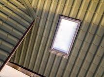 W górę nowego strychowego plastikowego okno instalującego w shingled domu dachu Profesjonalnie robić budynek i robot budowlany, d obraz stock
