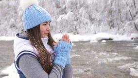 W górę portreta piękna kobieta w zima lesie blisko halnej rzeki zdjęcie wideo