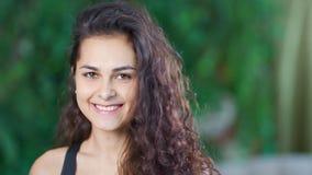 W górę portreta piękna młoda Kaukaska dziewczyna uśmiechnięta i patrzeje kamerę zbiory