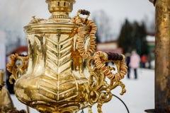 W górę rękojeści Wielkiego metalu złocisty stary tradycyjny Rosyjski samowar dla herbaciany pić obraz royalty free