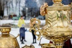 W górę rękojeści Wielkiego metalu złocisty stary tradycyjny Rosyjski samowar dla herbaciany pić obrazy royalty free