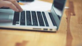 W górę szkieł z biznesową kobietą używa laptop w tle marketingowy plan Biznes, finanse i zdjęcie wideo