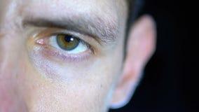 W górę twarzy młody człowiek pracuje przy komputerem na Czarnym tle i oczu zbiory wideo