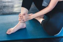 w górę Ładnej kobiety Ma uraz Podczas ćwiczenia w Gym Podczas gdy joga praktyka, wypadek i sport sprawności fizycznej pojęcie, zdjęcie royalty free
