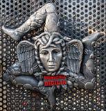 W górę żakieta ręki robić ceramika, reprezentujący symbol Sicily trinacria zdjęcia royalty free