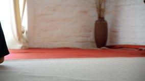 W górę żeński nóg wolno chodzić bosy na dywanie zdjęcie wideo