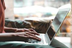 W górę żeńskich ręk używać laptop w sklepie z kawą obrazy stock