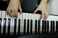 w górę żeńskiej ręki bawić się uroczystego pianino obrazy stock