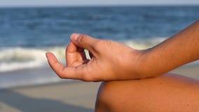 W górę żeńskiej ręki, gyan mudra i lotosowej pozycji, Kobiety ćwiczy medytować i joga zbiory
