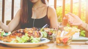W górę, Asain ręka dziękuje bóg przed jeść jedzenie na stole na dziękczynienie dniu obraz royalty free