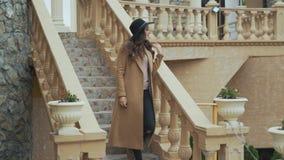 W górę atrakcyjnej brunetki Europejskiego pojawienie, robić kędziory jej długie włosy, przypadkowy makeup, stawiający dalej długi zdjęcie wideo