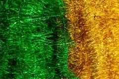 W górę błyszczącego koloru żółtego i zieleni świecidełka wiesza pionowo wewnątrz na fotografia stock
