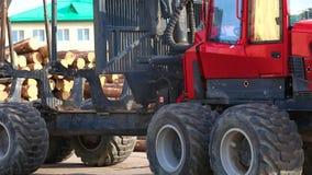 W górę beli ciężarówki, czerwona beli ciężarówka jedzie przez fabryki zbiory