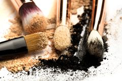 W górę bocznego widoku fachowy makijażu muśnięcie z naturalny szczecina i czarny ferrule z rozbijającym eyeshadow odizolowywający zdjęcia stock