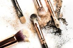 W górę bocznego widoku fachowy makijażu muśnięcie z naturalny szczecina i czarny ferrule z rozbijającym eyeshadow na bielu zdjęcie stock