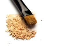W górę bocznego widoku fachowy makijażu muśnięcie z naturalny szczecina i czarny ferrule z rozbijającym eyeshadow na bielu obrazy royalty free
