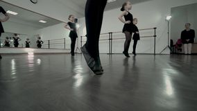 W górę cieków tancerz w czarnym spódniczka baletnicy rusza się całkowicie Dzieciaki są rozgrzewkowi w górę taniec klasy w Dziecia zbiory wideo