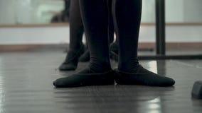 W górę cieków tancerz w czarnym spódniczka baletnicy rusza się zdjęcie wideo