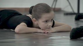 W górę cieków tancerz w czarnym spódniczka baletnicy rusza się zbiory