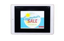 W górę cyfrowej pastylki z sprzedaży oferty sztandarem na ekranie na białym tle zdjęcia stock