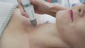 W górę części kobiety szyja na nawilżaniu, udźwig, odmłodnieje procedurę w klinice, zwolnione tempo zdjęcie wideo
