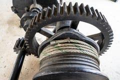 W górę czarnego metalu wielkiego gearwheel kontroluje zastawkę przy rzeki tamą obraz stock