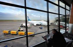 w górę czekania ładowanie lotniskowy samolot fotografia stock