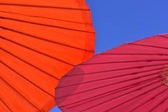 W górę czerwonego i pomarańczowego parasol parasola zdjęcia stock