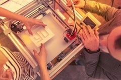 W górę delikatnego zafascynowanie procesu 3D druk zdjęcie royalty free