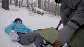 W górę drużynowej pomaga kobiety z kręconą kostką podczas trekking zbiory wideo