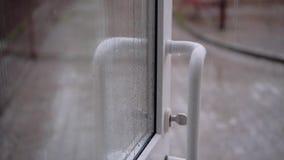 W g?r? drzwiowego otwiera w kierunku ulicy Ja pada mocno outside Woda bieg zestrzelaj? szk?o i drzwi Pi?kni strza?y p??dupki zdjęcie wideo