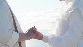 W górę dwa kochanków łączy ręki i obraca twarz w twarz each inny zbiory