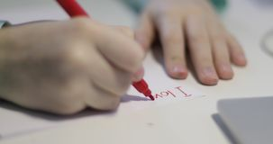 W górę dzieci ręki pisze na białym prześcieradle papier zbiory wideo