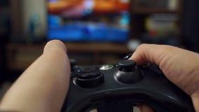 W górę dziewczyny trzyma joystick i bawić się gra wideo na TV zdjęcie wideo
