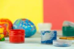 W górę farb i muśnięcia na multicolor drewnianym tle z Wielkanocnych jajek wielkanocy crufts zdjęcia stock