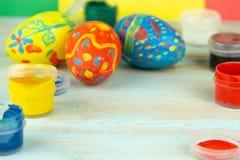 W górę farb i Wielkanocnych jajek na multicolor drewnianym tle z Wielkanocnych jajek wielkanocy crufts obraz royalty free