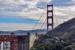 W górę Golden Gate Bridge i San Francisco pejzażu miejskiego od Marin Headlands zdjęcia royalty free
