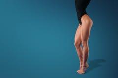 w górę joga dziewczyny nożny studio Zdjęcia Royalty Free