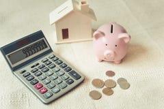 w górę kalkulatora, prosiątko bank, pieniądze moneta, budynek mieszkalny model na sypialni, Biznesowe bankowość i Pieniężny oszcz zdjęcia royalty free