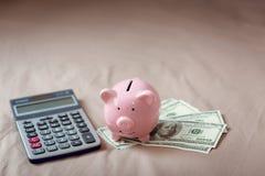 w górę kalkulatora, prosiątko banka, pieniądze gotówki na sypialni, Biznesowych bankowość i Pieniężnego pojęcia, obrazy royalty free
