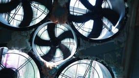 W górę klimatyzacji wspinał się na błękitnej ścianie Akcyjny materiał filmowy Techniczny wyposażenie zbiory