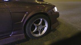 W górę koła i ciała błyszczący samochód akcja Projektuje narzut samochód z złocistymi cekinami błyska w świetle nocy zbiory