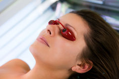 w górę kobiet młodych zamknięty solarium Fotografia Royalty Free