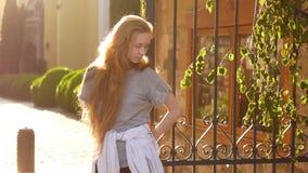 w górę kobiet potomstw piękny zamknięty portret włosy windblown zdjęcie wideo
